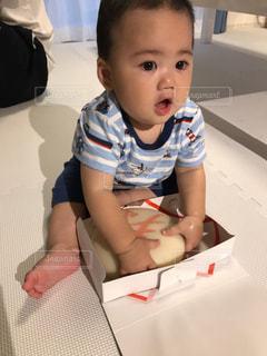 テーブルに座っている小さな子供の写真・画像素材[1333532]