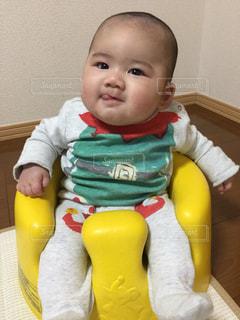 テーブルの上に座って赤ちゃんの写真・画像素材[1333604]