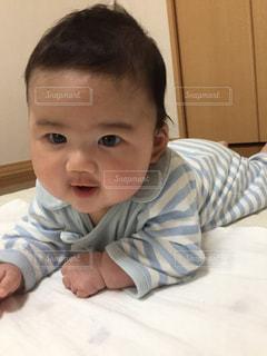 ベッドの上に座っている赤ちゃんの写真・画像素材[1333611]