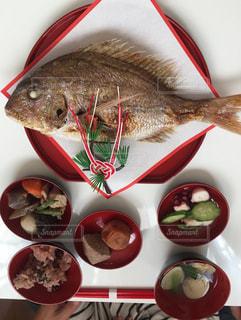 板の上に食べ物のボウルの写真・画像素材[1333614]