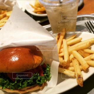 ハンバーガーとフライド ポテトの写真・画像素材[1331119]