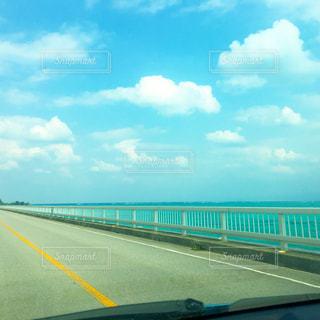 車からの古宇利大橋の眺めの写真・画像素材[1331129]