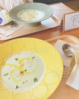 テーブルの上の食べ物の皿の写真・画像素材[2516183]