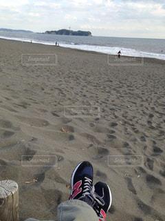 砂浜の上に立つ人々 のグループの写真・画像素材[1351766]