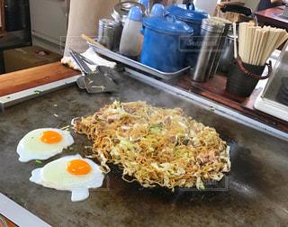 テーブルの上に食べ物のトレイの写真・画像素材[1339693]