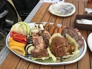 テーブルの上に食べ物のプレートの写真・画像素材[1556989]