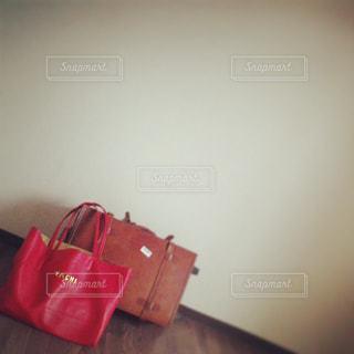 赤のスーツケースの写真・画像素材[1333327]