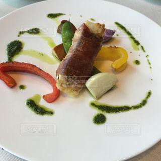 肉と野菜をトッピング白プレートの写真・画像素材[1356432]