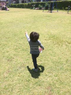 芝生で走る男の子の写真・画像素材[1336113]