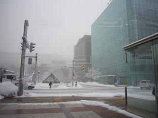 雪に覆われた通りの写真・画像素材[1367161]