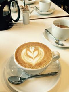 テーブルの上のコーヒー カップの写真・画像素材[1368817]