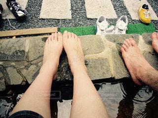足湯の男女の足の写真・画像素材[1368824]