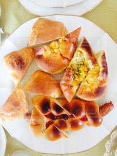 皿の上のパンの写真・画像素材[1383830]