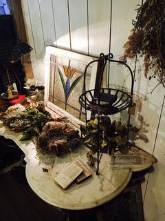 テーブルの上のドライフラワーなどの写真・画像素材[1383865]