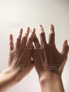 上に向けた2人の手の写真・画像素材[1400041]