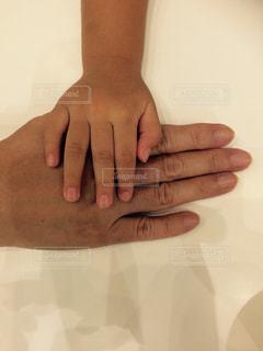 おばあちゃんと孫の手の写真・画像素材[1411332]