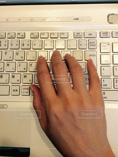 パソコンと手の写真・画像素材[1414508]