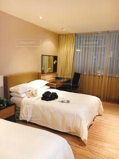 ベッドとホテルの部屋で机付きのベッドルームの写真・画像素材[1649144]