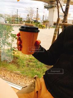 カップから飲む人の写真・画像素材[1723063]