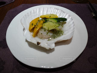 白いお皿にホタテ料理の写真・画像素材[1333152]