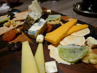 チーズとドライフルーツのプレートの写真・画像素材[1334305]