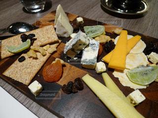 チーズとドライフルーツの盛り合わせの写真・画像素材[1334709]
