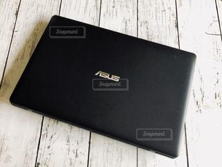 黒いノートパソコンの写真・画像素材[1367487]