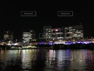 水面にきらめく夜の都市の写真・画像素材[1332483]