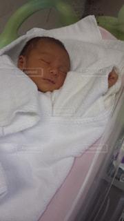 赤ちゃんのベッドの上で横になっています。の写真・画像素材[1525589]