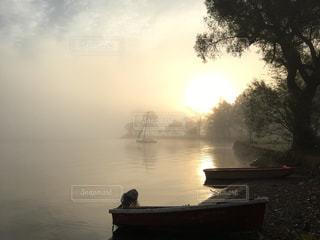 野尻湖に浮かぶ小さなボートの写真・画像素材[1332838]