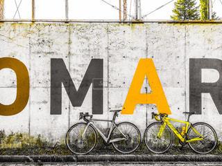 建物の側に落書き ロードバイクの写真・画像素材[1332948]