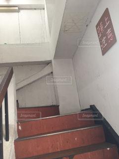 古い雑居ビルの階段の写真・画像素材[1364545]