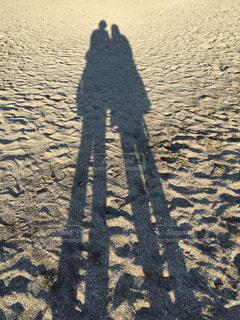 砂浜に伸びる人物の影の写真・画像素材[1408746]