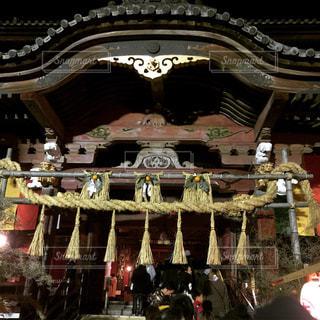 寺の前に立っている人々 のグループの写真・画像素材[1333758]