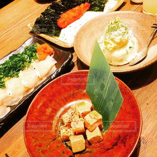 木製のテーブルの上に食べ物のプレートの写真・画像素材[1333763]