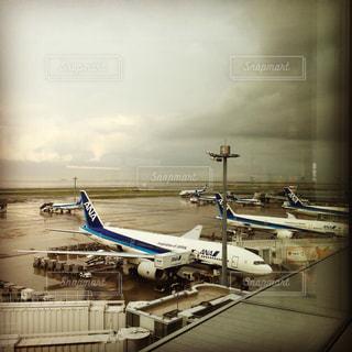 飛行機が空港にドッキングの写真・画像素材[1333774]