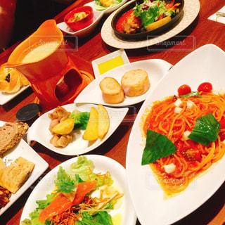 テーブルの上に食べ物のプレートの写真・画像素材[1333782]