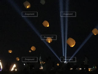 暗い部屋で人々 の群衆の写真・画像素材[1382981]