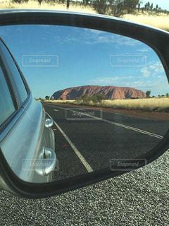 車のサイドミラー越しのウルルーの写真・画像素材[1335839]