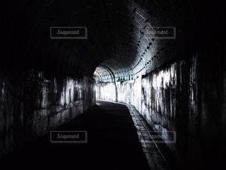 暗い人道トンネルの写真・画像素材[1338971]