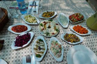 テーブルな皿の上に食べ物の種類をトッピングの写真・画像素材[1398764]