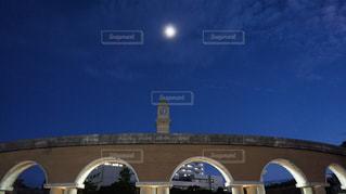 アーチの上の朧月の写真・画像素材[1335417]