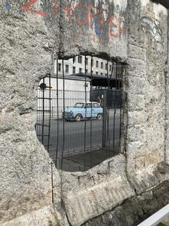 ベルリンの壁に空いた穴とトラバントの写真・画像素材[1357072]