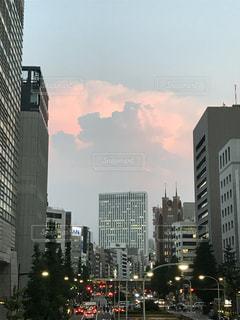 夕焼けに染まった入道雲の写真・画像素材[1359134]