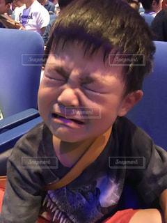 あまりの怖さに泣く男の子の写真・画像素材[1337006]