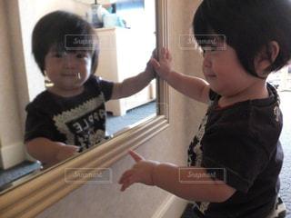 鏡に映る自分を見てにこにこの写真・画像素材[1401516]