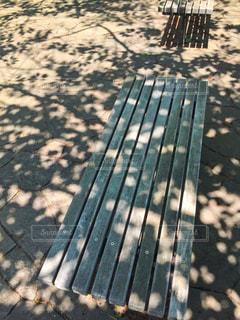 木陰のベンチの写真・画像素材[2175627]