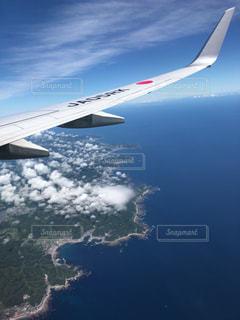 海の上を飛んでいる飛行機の写真・画像素材[1338437]