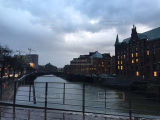 水の体の上の橋の写真・画像素材[1341006]