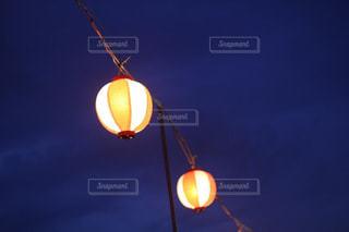 夏の夜に灯る提灯の写真・画像素材[1338804]